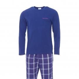 Pyjama long Calvin Klein : tee-shirt manches longues bleu marine et pantalon à carreaux bleus, blancs, roses, rouges