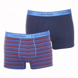 Lot de 2 boxers Calvin Klein en coton stretch : 1 modèle à fines rayures bleues et rouges et 1 modèle bleu marine