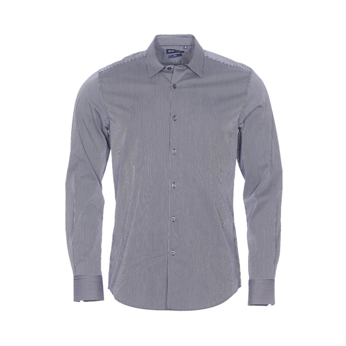 Chemise cintrée  en coton bleu marine à fines rayures blanches