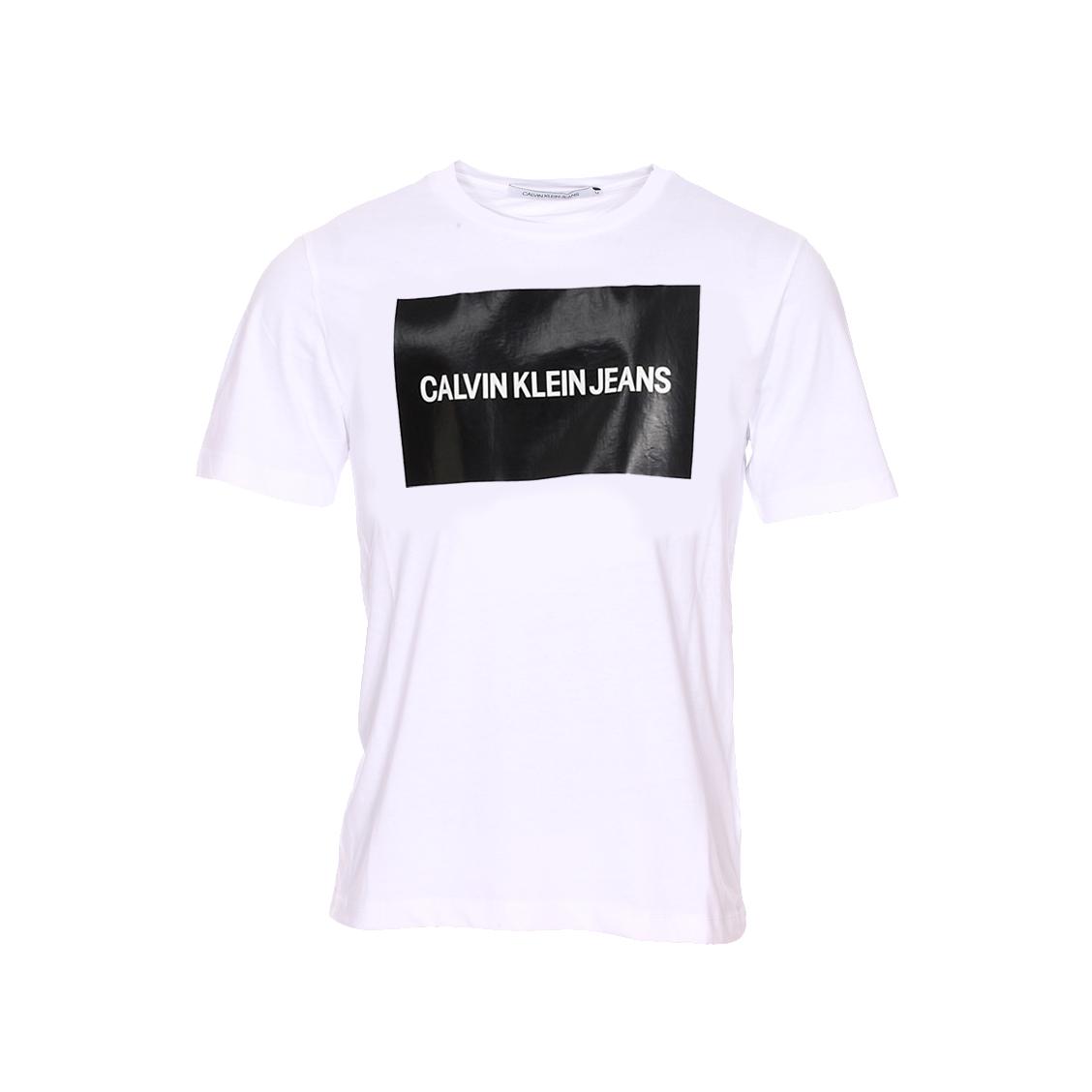 Tee-shirt col rond  institutional box logo en coton blanc avec un patch noir brillant floqué en blanc sur la poitrine
