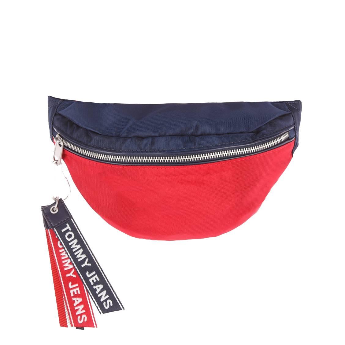 589c0a2b5f Sac banane Tommy Jeans Logo Tape rouge et bleu marine à bandoulière  logotypée ...