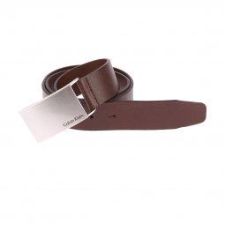 e1797283f97e Ceinture Calvin Klein Jeans Mino Plaque Belt en cuir marron grainé à boucle  pleine argentée gravée ...