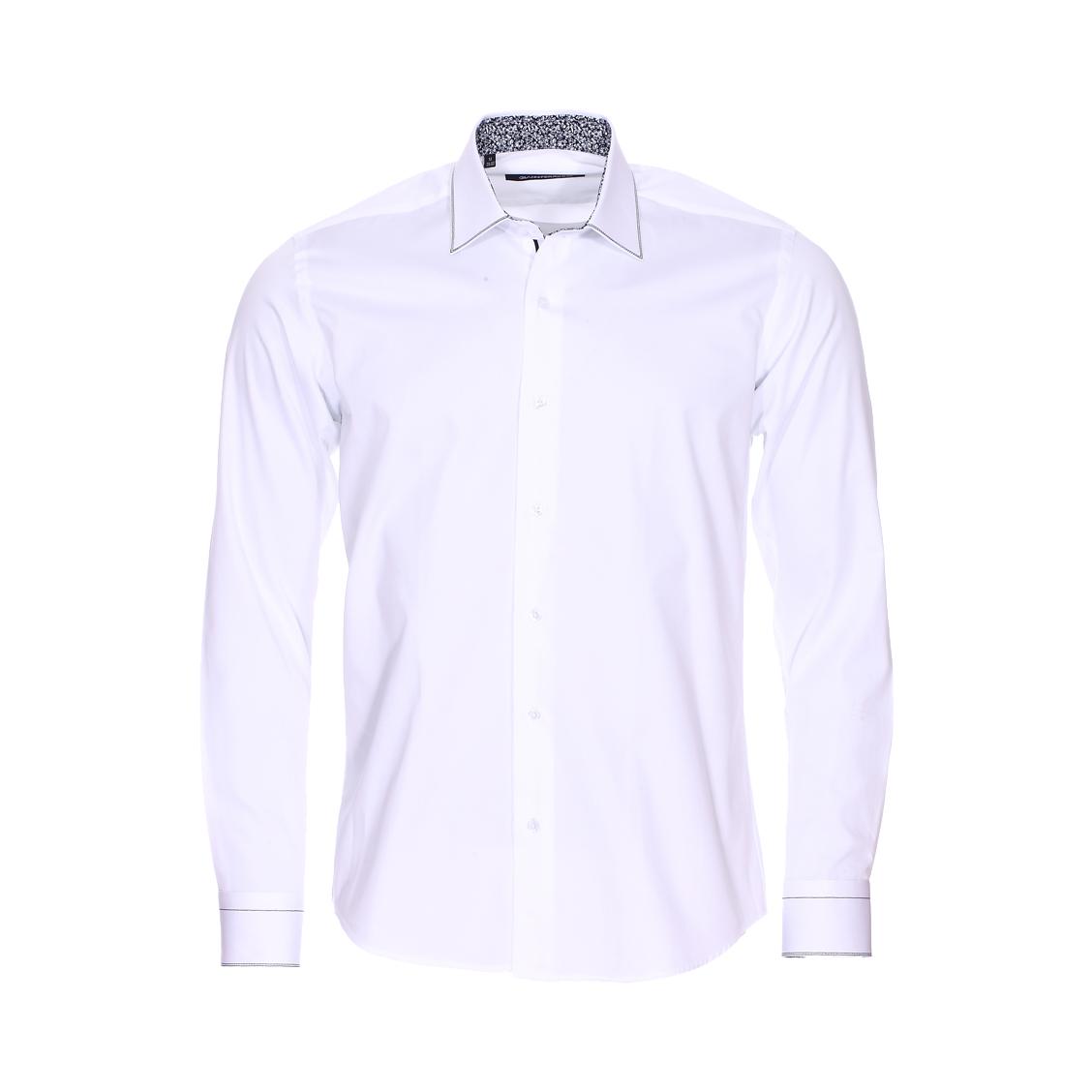 Chemise cintrée  en coton blanc et opposition noire à fleurs blanches
