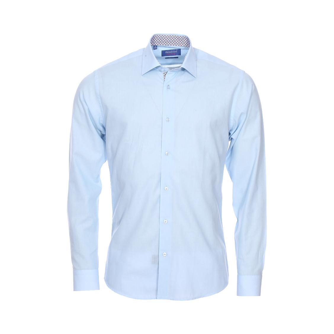 Chemise cintrée  en voile bleu ciel à opposition à motifs bleus, blancs et rouges