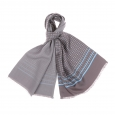 Echarpe en laine et soie grise à fleurs bleu ciel, Revers gris clair