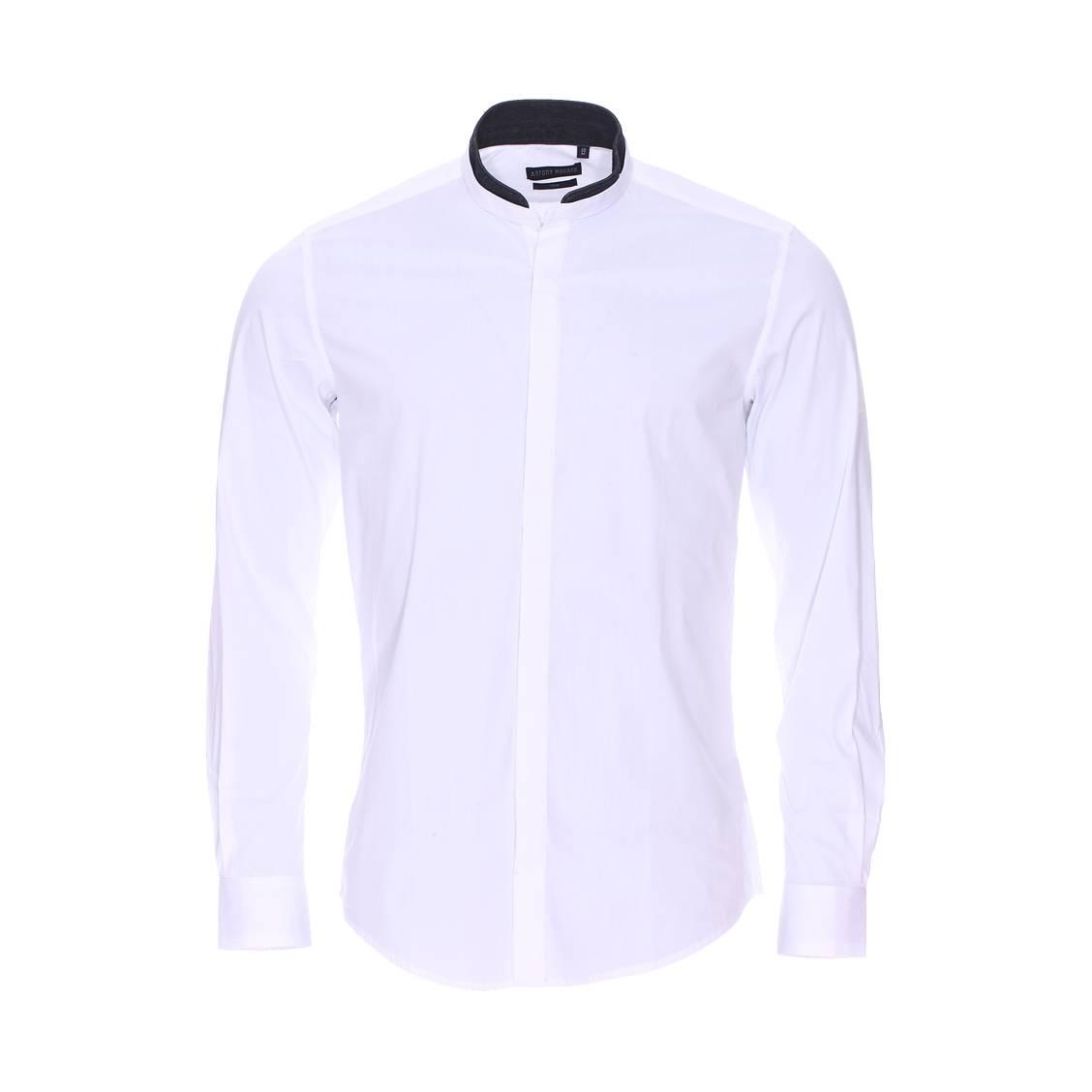 Chemise cintrée  en coton stretch blanc à double col mao : 1 col blanc et 1 col en jean noir amovible