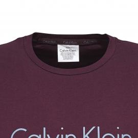 Pyjama court Calvin Klein en coton : tee-shirt manches courtes, col rond bordeaux et bermuda à carreaux
