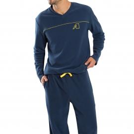 Pyjama long Athena en micro-polaire : tee-shirt manches longues col V et pantalon bleu marine
