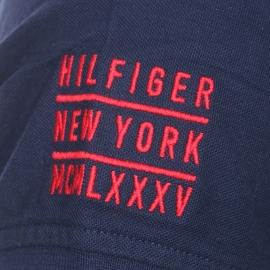 Polo cintrée Tommy Hilfiger en coton bleu marine brodé sur la manche droite