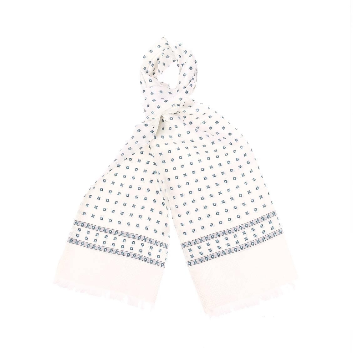 Echarpe en soie  blanche à motifs géométriques bleus