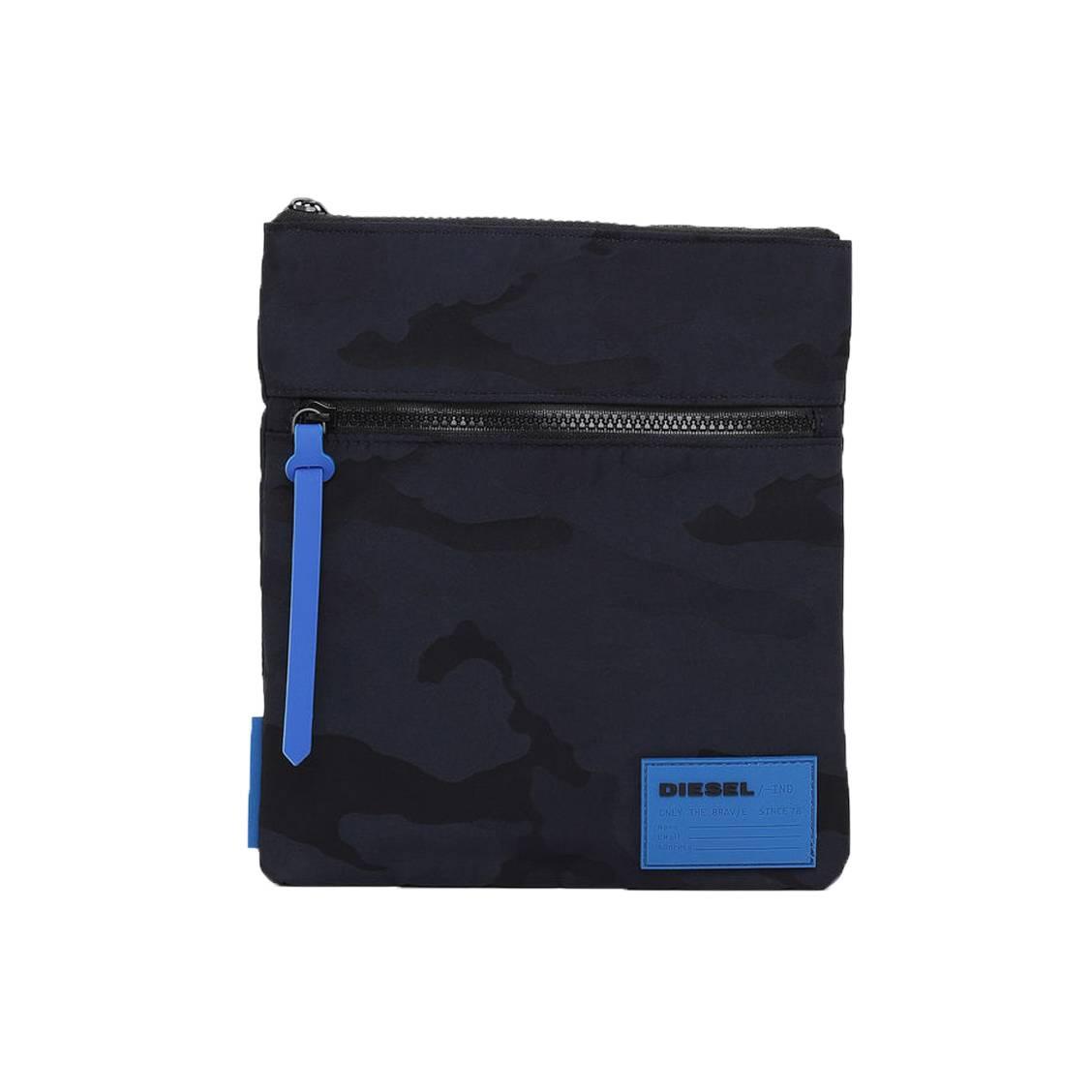 3252d9e229 Sacoche Diesel Discover-Uz porté-croisé en toile noire à imprimé camouflage  bleu marine ...