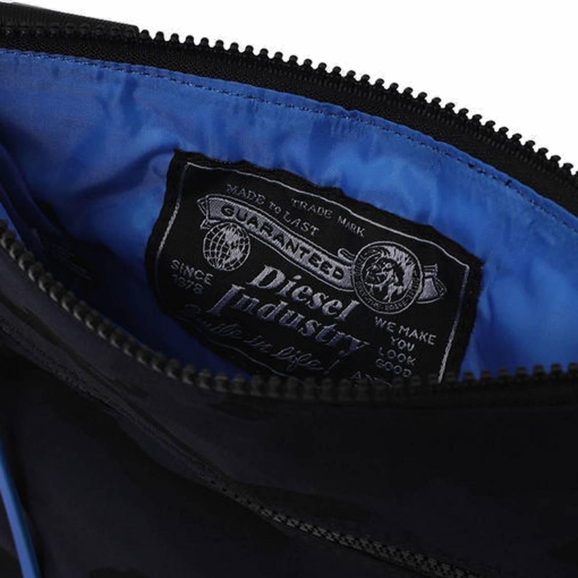 29755a9a01 ... Sacoche Diesel Discover-Uz porté-croisé en toile noire à imprimé  camouflage bleu marine ...